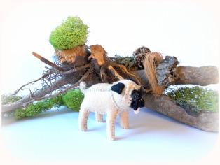 Hund aus Filz, Mops