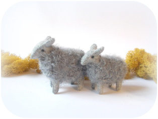 Schaf aus Filz mit Mohairwolle