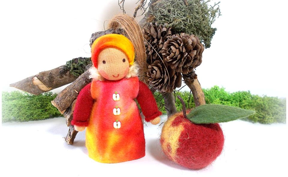 Apfelkind mit gefilztem Apfel